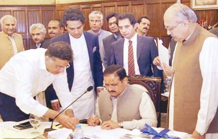 لاہور: وزیراعلیٰ عثمان بزدار بجٹ دستاویز پر دستخط کررہے ہیں