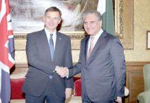 لندن: وزیرخارجہ شاہ محمود قریشی برطانوی ہم منصب سے ملاقات کے موقع پر مصافحہ کررہے ہیں