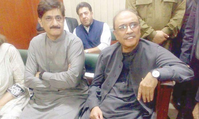 اسلام آباد: سابق صدر آصف علی زرداری وزیراعلیٰ سندھ مراد علی شاہ کے ساتھ احتساب عدالت میں بیٹھے ہیں