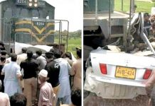 ٹنڈو جام: مقامی افراد ٹرین کی ٹکر سے تباہ ہونے والی کار کا ملبہ ٹریک سے ہٹا رہے ہیں