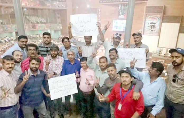 کراچی : کراچی پریس کلب کے صدر امتیاز فاراق پر پی ٹی آئی رہنما کے تشدد کیخلاف سندھ اسمبلی کی گیلری میں صحافی احتجاج کررہے ہیں