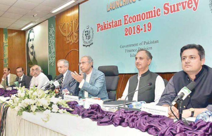 اسلام آباد: مشیر خزنہ حفیظ شیخ معاشی سروے کے حوالے سے میڈیا کو بریفنگ دے رہے ہیں