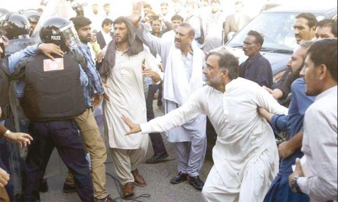 اسلام آباد: آصف علی زرداری کی گرفتاری کے موقع پر قمر زمان کائرہ پولیس سے الجھ رہے ہیں