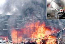 لاہور: ایبٹ روڈ پر کیمیکل کے کارخانے میںلگنے والی آگ کے شعلے بلند ہورہے ہیں۔ چھوٹی تصویر میں فائر بریگیڈ کا عملہ آگ پر قابو پانے کی کوشش کررہا ہے