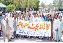 راولپنڈی، ریلوے پریم یونین کے زیراہتمام بجٹ کے خلاف نکالا جانے والا احتجاجی جلوس ڈاکٹر اشتیاق عرفان کی قیادت میں اسٹیشن کے سامنے سے گزررہا ہے