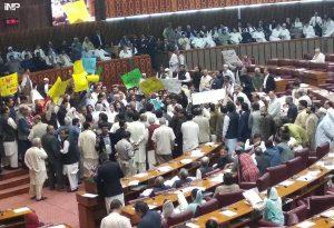 اسلام آباد:بجٹ تقریرکے دوران اپوزیشن ارکان پلے کارڈ اٹھائے احتجاج کررہے ہیں