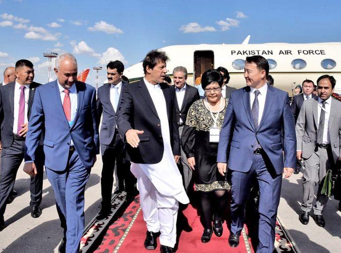 وزیراعظم عمران خان شنگھائی تعاون تنظیم کے اجلاس میں شرکت کیلیے بشکک پہنچنے کے بعد کرغیزستان کے ہم منصب کے ساتھ ائرپورٹ سے باہر آرہے ہیں