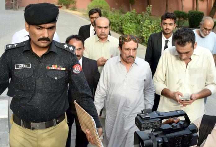 حیدرآباد: پیپلزپارٹی کے سابق رکن صوبائی اسمبلی بشیر سریوال کو جعلی ڈگری کیس میں گرفتار کرکے لے جایا جارہا ہے