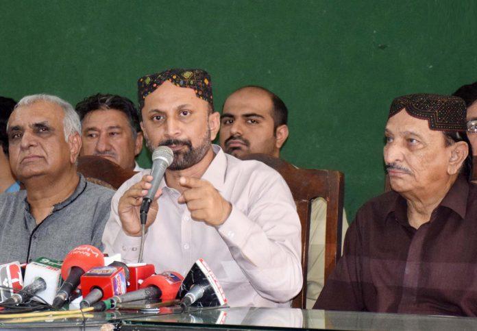 حیدرآباد:پیپلزپارٹی سندھ کے سیکرٹری اطلاعات اعجاز دھامرا دیگر رہنمائوںکے ساتھ پریس کانفرنس کررہے ہیں