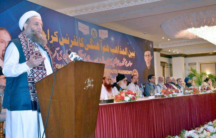 کراچی: وفاقی وزیر برائے مذہبی امور پیر نورالحق قادری سیمینار سے خطا ب کررہے ہیں