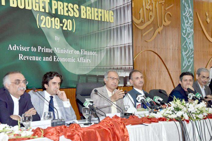 اسلام آباد: مشیر خزانہ عبدالحفیظ شیخ بجٹ پریس بریفنگ کے دوران خطاب کررہے ہیں