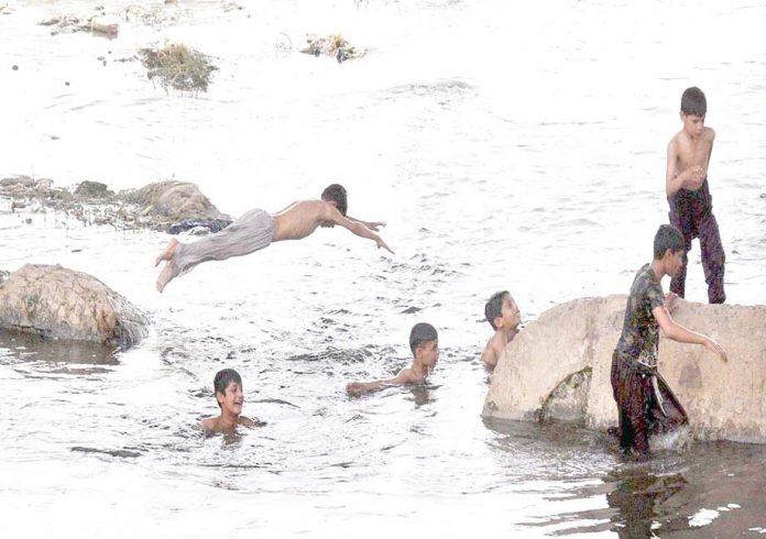 راولپنڈی،گرمی کے ستائے ہوئے منچلے نالہ لئی میں نہا رہے ہیں
