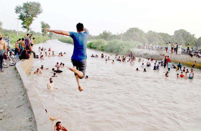 حیدر آباد : کسیانہ موری نہر میں لوگوں کی بڑی تعداد نہا رہی ہے
