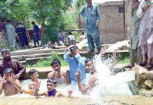 حیدر آباد : شدید گرمی کے باعث بڑے اور بچے تالاب میں نہا رہے ہیں