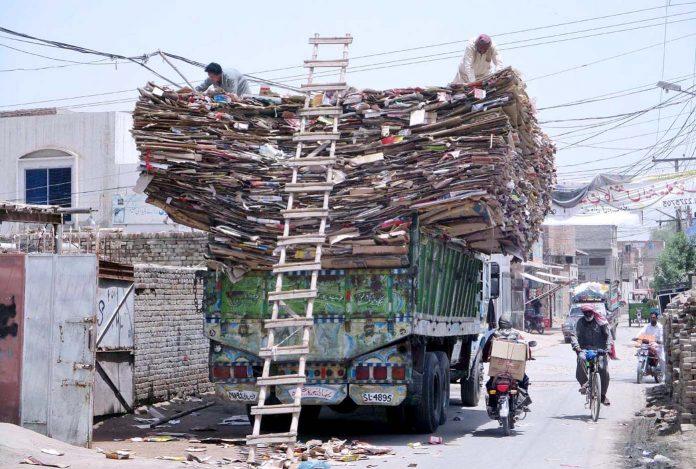 بہاولپور : مزدور ٹرک پر فیکٹری کا کچرہ غیر محفوظ طریقے سے لاد رہے ہیں جو حادثے کا باعث بن سکتا ہے