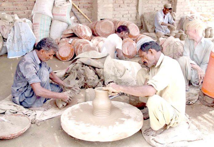 حیدر آباد : اپنی اور اپنے اہل خانہ کی کفالت کے لیے مزدور مٹی سے بنی اشیا تیار کررہے ہیں