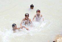 حیدرآباد ،گرمی کے ستائے ہوئے بچے گرمی کم کرنے کے لیے پھلیلی نہر میں نہارہے ہیں