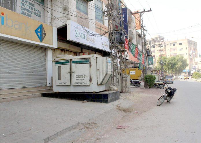 حیدر آباد : لطیف آباد یونٹ نمبر 7 کی فٹ پاتھ بڑے جنریٹر کی ہیٹ پیدل چلنے والوں کے لیے پریشانی کا باعث ہے