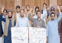 کوئٹہ ،ٹی بی کنٹرول پروگرام کے ملازمین ڈاکٹراحمد ولی کے نارواسلوک کے خلاف پریس کلب کے سامنے احتجاج کررہے ہیں