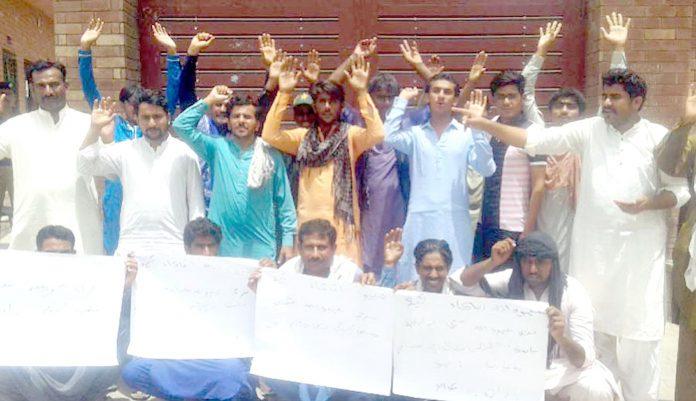 سکھر ،ٹھری میرواہ کے مکین بنیادی و بلدیاتی سہولیات کی عدم فراہمی پر پریس کلب کے سامنے احتجاج کررہے ہیں