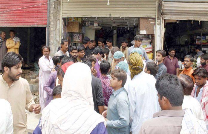 لاڑکانہ : سندھ فوڈ اتھارٹی کا عملہ آئل ڈپو پر کارروائی کررہا ہے