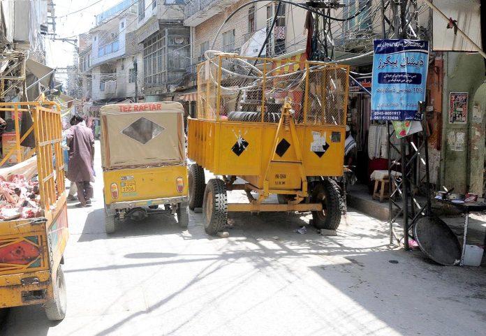 راولپنڈی : بھابڑا بازار میں سڑک پر واپڈا کی طرف سے رکھے گئے ٹرانسفارمر سے پیدل چلنے والوں کو مشکلات کا سامنا ہے