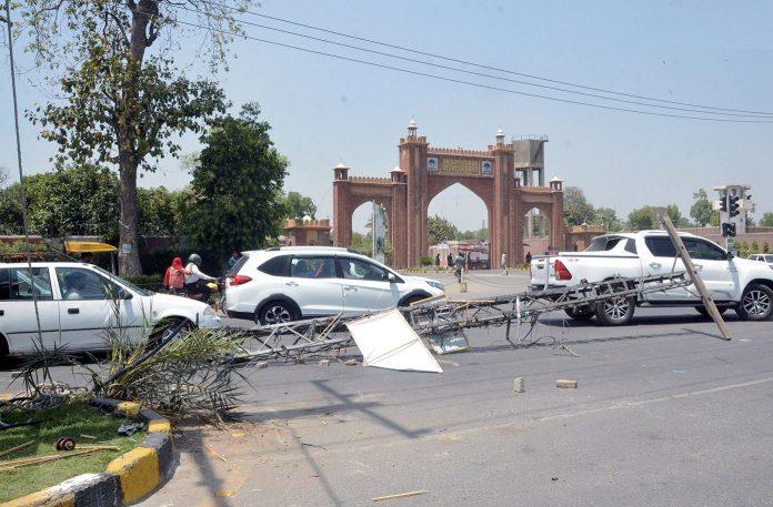 فیصل آباد : زرعی یونیورسٹی کے سامنے سڑک پر پڑا بجلی کا پول ٹریفک کی روانی میں خلل پیدا کررہا ہے