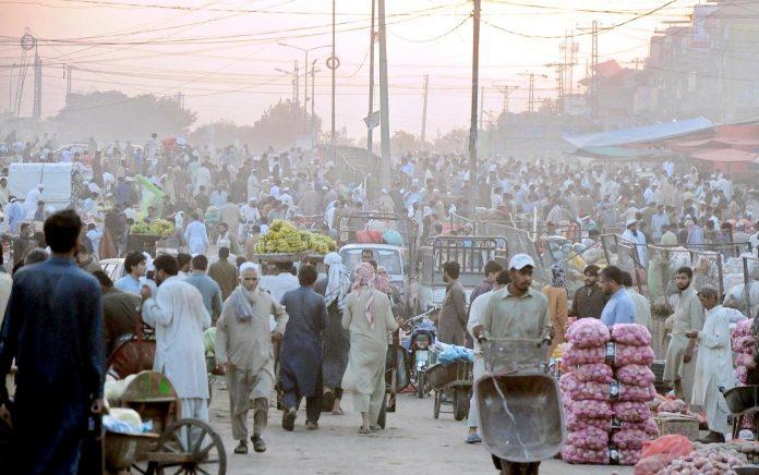 راولپنڈی : سبزی منڈی میں ضلع بھر سے آئے خریداروں کے رشت کا منظر