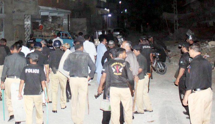 حیدر آباد : قاسم آباد میں تجاوزات کیخلاف قابضین کی جانب سے مزاحمت کرنے پر پولیس اہلکاروں کی بھاری نفری موجود ہے