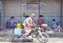 کوئٹہ ،شہری واٹرفلٹر پلانٹ سے پانی حاصل کررہے ہیں