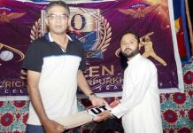 میرپور خاص: شاہین کرکٹ کلب کے سابق کھلاڑی فواد سعید سیکرٹری دانش اقبال کوکرکٹ بیٹ کا تحفہ دیتے ہوئے