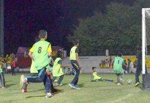ملتان: انڈر12 فٹبال ٹورنامنٹ کے سلسلے میں کھیلے گئے میچ میں کھلاڑی گول کرنے کی کوشش کر رہا ہے