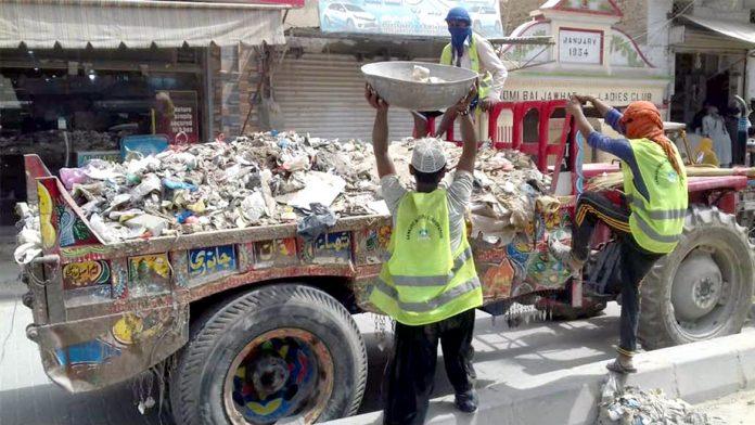 لاڑکانہ : میونسپل عملے شہر کی صفائی ستھرائی کے کام میں مصروف ہ ے