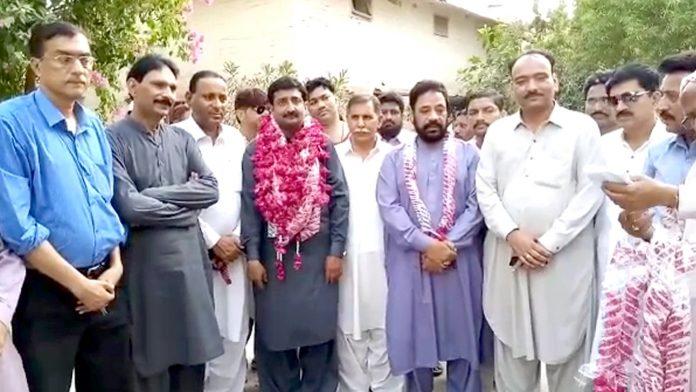 میرپور خاص : ایم کیو ایم کے رہنمائوں کی نو منتخب چیئرمین میونسپل کمیٹی میرپور خاص انجینئر کامران شیخ کے ساتھ تصویر