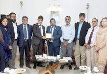 کراچی چیمبر کے صدر جنید اسماعیل مکڈا اٹلی کے سفیر کو نشان پیش کر رہے ہیں