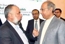 ایف پی سی سی آئی میں پاکستان ترکی بزنس کونسل کے چیئرمین فاروق افضل مقامی تقریب میںوزیراعظم کے مشیر خزانہ ڈاکٹر عبدالحفیظ شیخ سے گفتگو کررہے ہیں