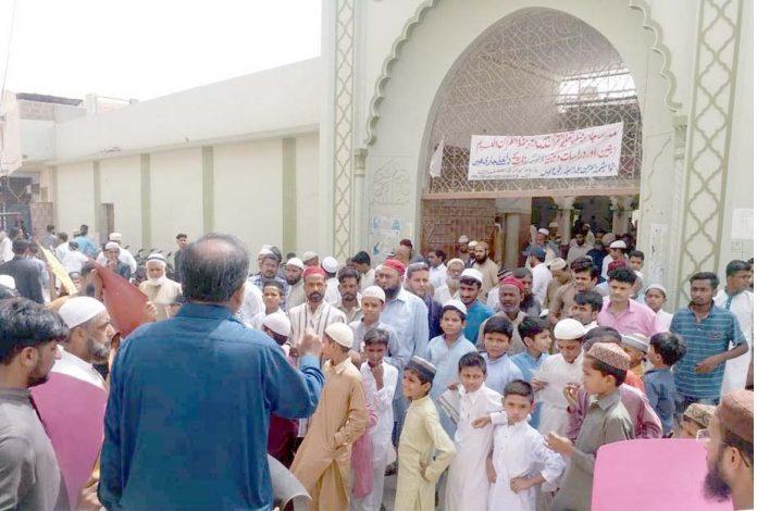 عوامی مارچ کے سلسلے میں جماعت اسلامی ملیر کے رہنما کریم بخش خطاب کررہے ہیں