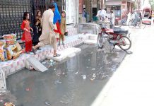 کوئٹہ ،علمبردار روڈ پر جمع سیوریج کا پانی مکینوں کی آمدورفت میں شدید مشکلات کا باعث بن رہا ہے