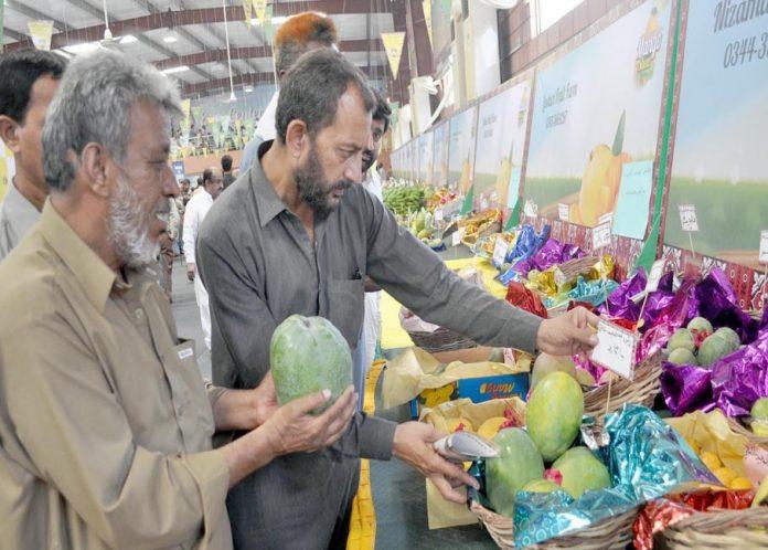 حیدر آباد : مینگو فیسٹیول میں لوگ ایک اسٹال کا معائنہ کررہے ہیں
