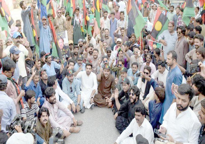 آصف زرداری کی گرفتاری کیخلاف پیپلز پارٹی کے کارکنان حیدر آباد پریس کلب پر دھرنا دیے ہوئے ہیں