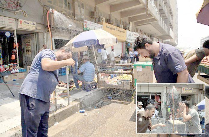 بغداد: درجہ حرارت 50ڈگری سینٹی گریڈ ہونے پر شہری راہ چلتے پانی کی پھوار سے ٹھنڈک حاصل کررہے ہیں