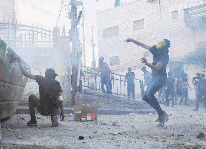 مقبوضہ بیت المقدس: فلسطینی نوجوان اسرائیلی تشدد کے جواب میں پتھراؤ کررہے ہیں