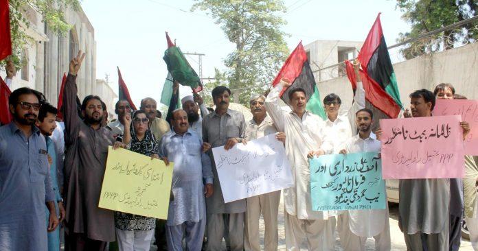 راولپنڈی : پیپلز پارٹی کے تحصیل صدر راجا منصور اختر اور ضلعی صدر چودھری ظہیر سلطان کی قیادت میں احتجاج کیا جارہا ہیظ