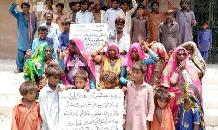 میرپور خاص : کولہی برادری کے مرد و خواتین زرعی زمین پر بااثر افراد کے قبضے کیخلاف پریس کلب پر سراپا احتجاج ہیں