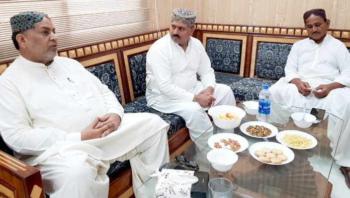 میرپور خاص : تحریک انصاف کے صوبائی رہنما سید اظہار الحسن قادری ملک ہائوس میں راجا عبدالحق اور ملک عبدالغفار سے ملاقات کررہے ہیں