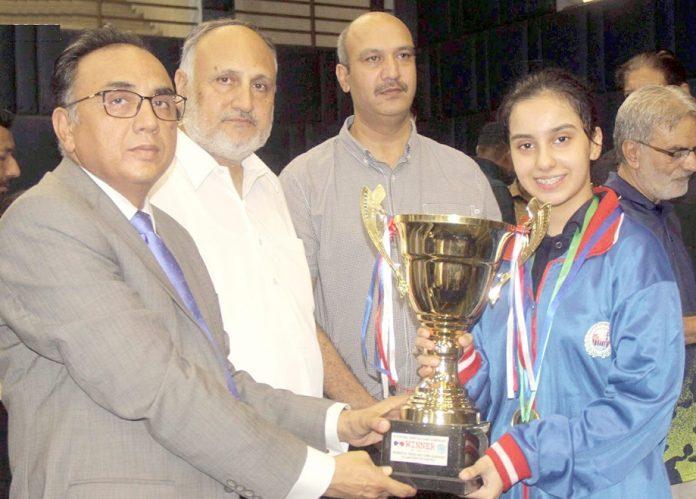 لاہور: اسپورٹس بورڈ پنجاب کے زیر اہتمام 26ویں نیشنل جونیئر ٹیبل ٹینس چیمپئن شپ کی گرلز سنگلز کی فاتح واپڈا کی پرنیا خان کو مہمان خصوصی چیئرمین اسپورٹس کمیٹی اسٹیٹ بینک ٹرافی دے رہے ہیں