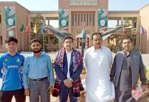 حیدرآباد: پاکستان بیس بال فیڈریشن کے صدر کا اسکول کے دورے کے موقع پر گروپ فوٹو