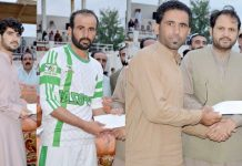 ژوب : صوبائی مشیر وزیر اعلیٰ برائے لائیو اسٹاک مٹھا خان کاکڑ ژوب اسپورٹس میلے میں کھلاڑیوںمیں انعامات تقسیم کر رہے ہیں