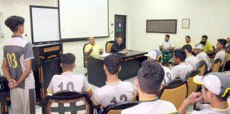 لاہور: نیشنل کرکٹ اکیڈمی میں انڈر19 کے ایمر جنگ کھلاڑیوں کے لیے لگائے گئے کیمپ کے موقع پر ڈائریکٹر پی سی بی مدثر نذر لیکچر دے رہے ہیں