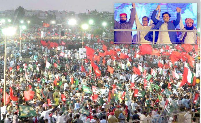 کراچی: پی ٹی آئی حکومت کے ایک سال مکمل ہونے پر پیپلزپارٹی کے جلسے کے موقع پربلاول زرداری 'ایاز صادق ودیگر اظہار ایکجہتی کررہے ہیں